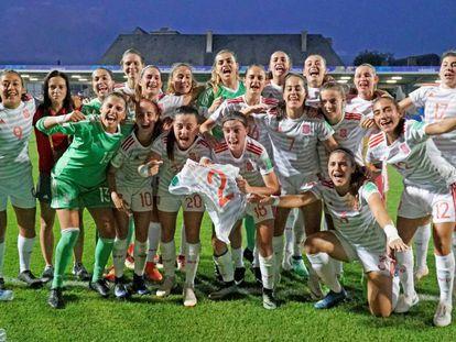 Las jugadoras de la selección española de fútbol femenino sub-20 celebran la victoria sobre Francia.