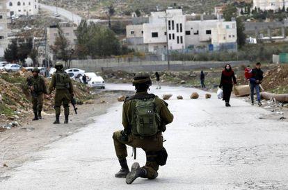 Un soldado de Israel en la ciudad palestina de Hebrón.