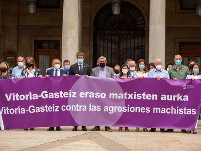 El diputado general de Álava, Ramiro González, y el alcalde de Vitoria, Gorka Urtaran, encabezan la concentración de condena por el asesinato de una mujer vitoriana en Murchante (Navarra).