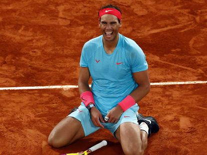 El tenista español Rafael Nadal muestra su alegría tras vencer al serbio Novak Djokovic en la final del torneo de Roland Garros en París el pasado domingo.