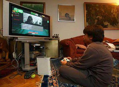 Un niño prueba el videojuego <i>Imperium Civitas II. </i>