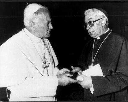 El papa Juan Pablo II con el cardenal Vicente Enrique y Tarancón, arzobispo de Madrid, en una audiencia el Vaticano en mayo de 1979.