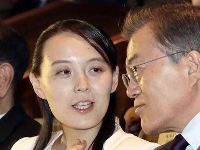 Kim Yo Jong, la hermana del líder norcoreano Kim Jong-un, habla con el presidente de Corea del Sur, Moon Jae-in, en Seúl el pasado febrero.