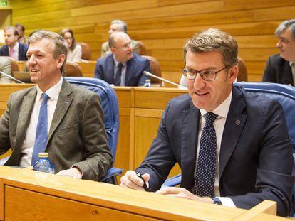 El vicepresidente Alfonso Rueda y el presidente Feijóo, este miércoles en el Parlamento gallego.