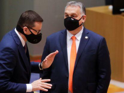 Mateusz Morawiecki (izquierda) y Viktor Orbán, este jueves, en Bruselas.
