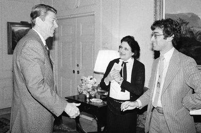 El ex presidente de EE UU, Ronald Reagan, recibe en la Casa Blanca a Helen Thomas, que entonces trabajaba para la United Press International, y a Jim Gerstenzang, de Associated Press (13 de abril de 1981).