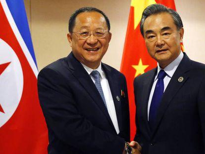 El ministro de Exteriores de Corea del Norte, Ri Yong-ho, junto a su homólogo chino, Wang Yi.