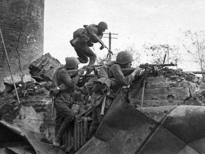 Soldados soviéticos combaten en las calles de Stalingrado