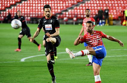 Soldado, que hizo dos goles, golpea el balón ante el acoso de Oliveira.