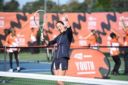 Kate Middleton, duquesa de Cambridge, muestra su entusiasmo en el partido de tenis que ha jugado junto a Emma Raducanu en Londres, el 24 de septiembre de 2021.