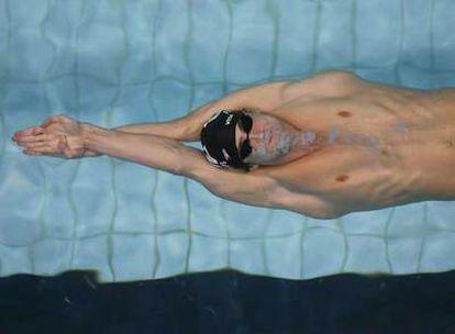 Michael Phelps nada la final de los 100 metros espalda en los Campeonatos de Estados Unidos.