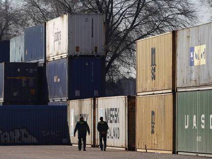 Contenedores de mercancías procedentes de China apilados en las instalaciones ferroviarias de Madrid.