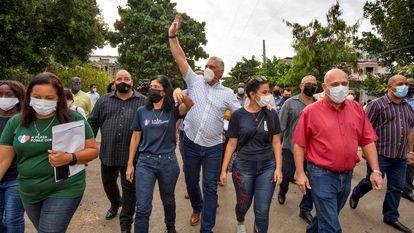 El presidente Miguel Díaz-Canel, al centro, durante un recorrido por el barrio La Timba, el 22 de octubre, en La Habana.