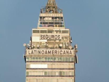 Imagen de la cúspide de 'la Latino', en la que se aprecia cómo los ventanales están ligeramente empañados por el paso del tiempo.
