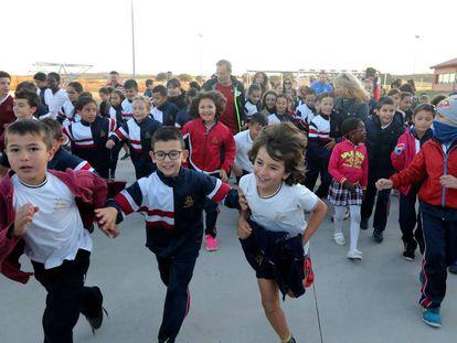 Escolares del colegio público Maestro Rodrigo de Aranjuez corren la Milla del Maestro con el director del centro, Francisco Javier Pariente..
