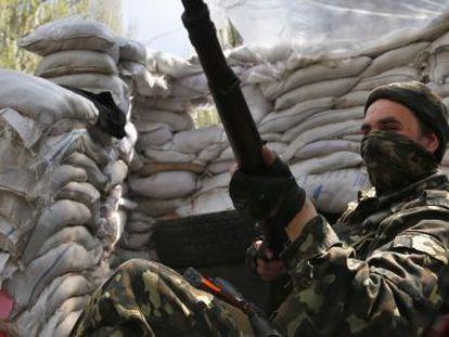 Un miliciano prorruso, este miércoles en el centro de Sloviansk.