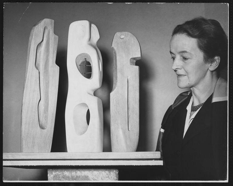 Barbara Hepworth con una de sus obras en la Tate Gallery de Londres en 1953.