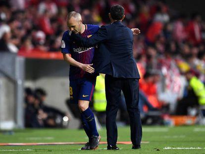 Iniesta se saluda con Valverde tras ser sustituido.
