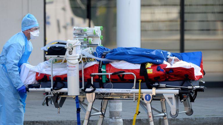 Personal médico traslada a un paciente en Angers (Francia).