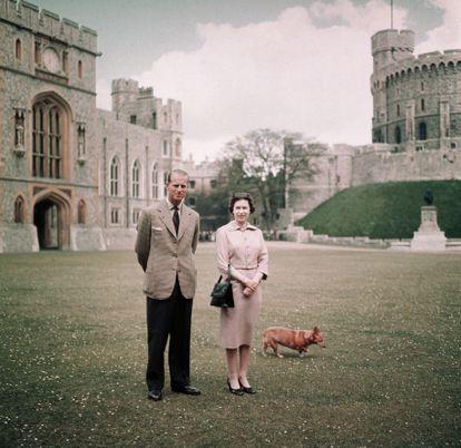 La reina Isabel II y el príncipe Felipe en el castillo de Windsor, en junio de 1959.
