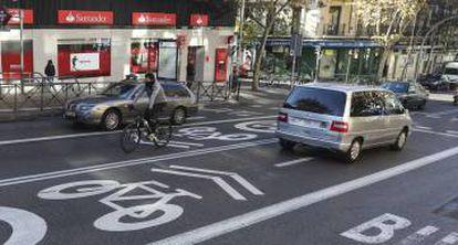 Una bici circula por la calle de Alcalá, limitada a 30 kilómetros por hora.