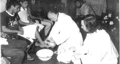 Jorge Mario Bergoglio durante un lavatorio de pies a doce vecinos en la Villa de Barracas, en Buenos Aires, en una imagen sin data