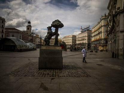Un hombre con mascarilla camina por la Puerta del Sol de Madrid, el pasado lunes.