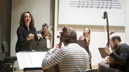 Nathalie Stutzmann en su faceta de directora de orquesta