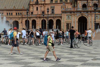 Turistas en la plaza de España, en Sevilla, este miércoles.