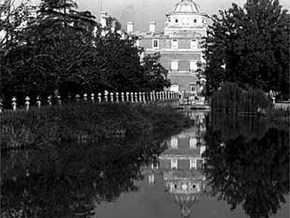 Imagen del río Tajo a su paso por Aranjuez, con el conjunto palaciego al fondo.
