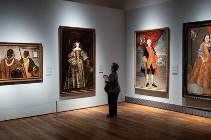 Una persona observa una obra durante la presentación de la exposición 'Tornaviaje.  Arte Iberoamericano en España 'en el Museo del Prado.