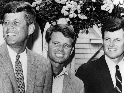 John F. Kennedy (a la izquierda) con sus hermanos Robert y Edward en 1960.
