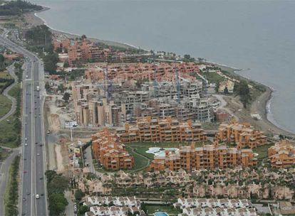 Vista aérea de edificaciones en la costa de Estepona (Málaga).