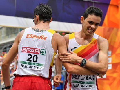 Álvaro Martín, de espaldas, y Diego García Carrera se felicitan después de la prueba.