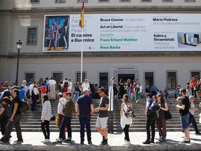 Colas de acceso a la exposición 'El Camino a Guernica de Picasso', en el Museo Reina Sofía en Madrid.
