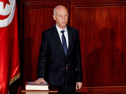 El presidente de Túnez jura sobre la Constitución en su despacho, en octubre de 2019.