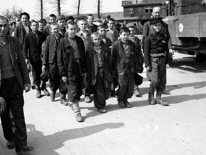 Liberación de Buchenwald. Elie Wiesel es el cuarto en la fila de la izquierda.