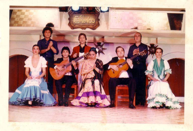 Chiquito de la Calzada, segundo por la derecha, dando palmas en Tokio en los años setenta.