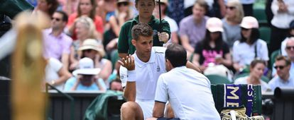 Klizan es atendido durante el partido contra Djokovic.