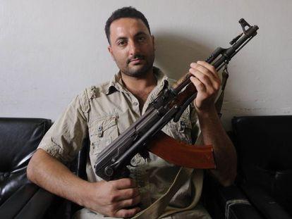 El desertor Tahad Ahmad, en un cuartel rebelde en Alepo.