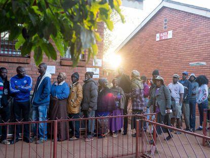 Votantes, en un colegio electoral en Harare (Zimbabue).