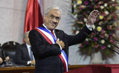 El presidente de Chile, Sebastián Piñera, saluda durante el balance de su año de Gobierno ante el Congreso.