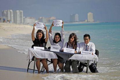 Activistas de 350.org se manifiestan en Cancún durante la conferencia sobre el cambio climático.