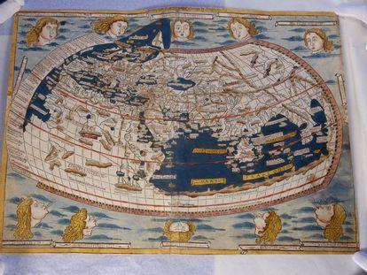 Uno de los dos mapamundis de la 'Cosmología' de Ptolomeo, de 1482, que fue robado de la Biblioteca Nacional de España y recuperado en Australia.