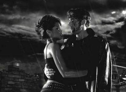 Rosario Dawson y Clive Owen en un fotograma de 'Sin City'