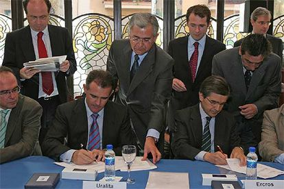 Antoni Zabalza (derecha) y Javier Serratosa, durante la firma de la compra de Aragonesas.