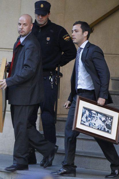 Asistentes de Garzón retiran ayer los cuadros de su despacho de la Audiencia.