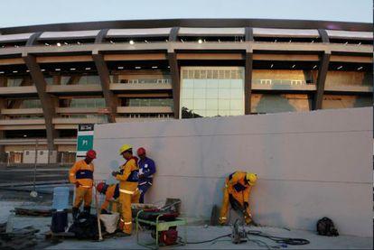 Trabajadores en el Maracanã, Río de Janeiro, en junio.