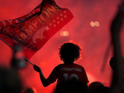 Una aficionada del Liverpool celebra el título,