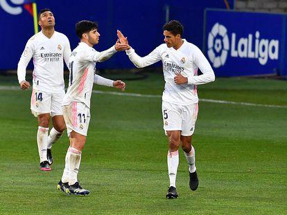 Varane celebra con Asensio el gol de la victoria de Madrid, con Casemiro al fondo.